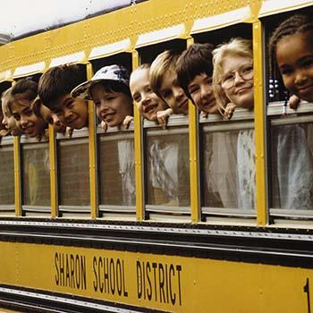 Děti ve školním autobusu